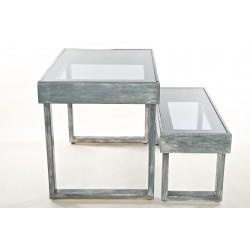 Isola composta da tavolo e due panche grigio graffiato